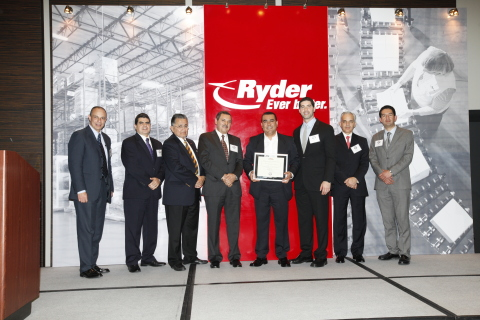 (From left to right: Ryder Mexico Purchasing Director, Sergio Chavez; Ryder Mexico Directors of Oper