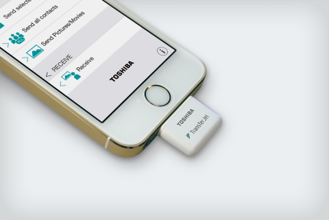 東芝:業界初、iPhone/iPad/iPod対応のTransferJet(TM)アダプタ「TJ-LT00A」 (写真:ビジネスワイヤ)