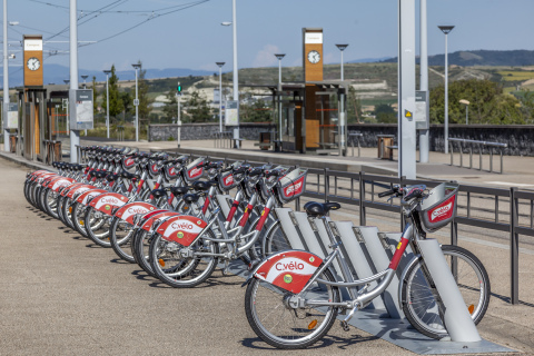 A typical Smoove bike station along a tramway station (Photo: Business Wire)