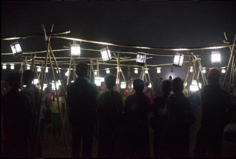 村民们在捐赠仪式上观赏110盏太阳能灯同时点亮的情景。(照片:美国商业资讯)