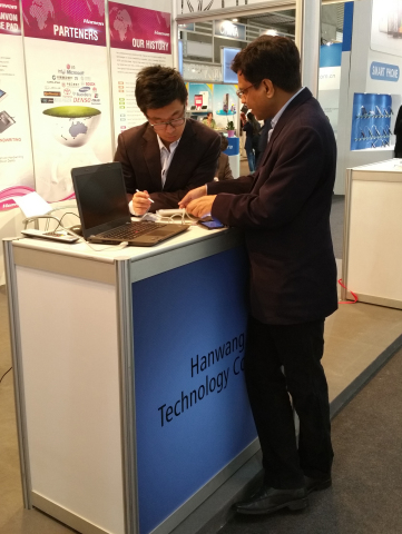Visitor to Hanvon's booth at MWC 2015 (Photo: Business Wire)