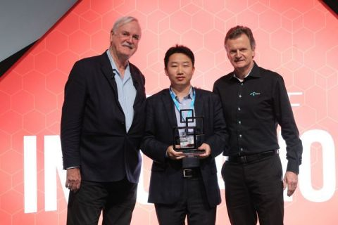Steven Mao, Vice President, ZTE Corporation & Head of Marketing, ZTE Mobile Devices, collects GSMA award (Photo: Business Wire)