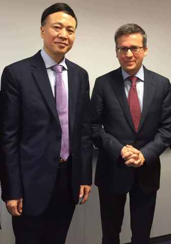 Group Picture of EU Commissioner Carlos Moedas and ZTE CEO Shi Lirong (Photo: Business Wire)