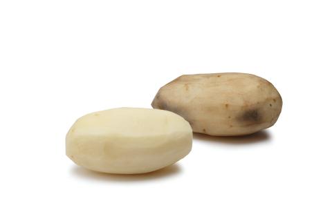 Innate™ Russet Burbank potato (left) next to a conventional Russet Burbank potato (right) 30 minutes after peeling. Courtesy: J.R. Simplot Company (Photo: Business Wire)