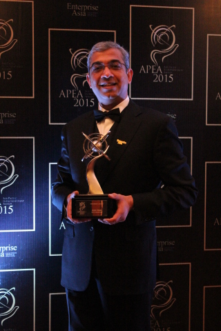 IGATE CEO Mr. Ashok Vemuri with Winners' trophy at 6th Enterprise Asia Entrepreneurship Awards - 2015 (Photo: Business Wire)