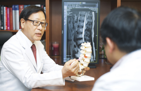 Young Soo Kim, (the Honorary President of Asia Pacific Spinal Neurosurgery Society (APSNS), the Exec ...
