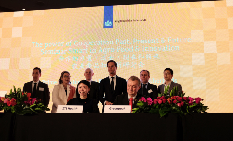 Contract signature ceremony by ZTE Health and GreenPeak Technologies in presence of Mr Mark Rutte, the Dutch Prime Minister. (Photo: Business Wire)