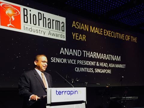 """周二(3月24日)晚,昆泰亚洲市场负责人Anand Tharmaratnam, M.D.在新加坡举行的生物制药亚洲工业奖颁奖晚宴上接受了""""年度亚洲男性高管""""荣誉称号。(照片:美国商业资讯)"""