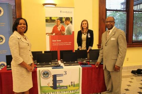 (L to R) Jocelyn Chisholm Carter, CEO of UnitedHealthcare Community Plan of Mississippi, presented Kathryn Rehner of the City of Hattiesburg's E3 Health Initiative and Hattiesburg Mayor Johnny L. DuPree, Ph.D., with 10 laptop computers for the City of Hattiesburg's E3 Health Initiative to increase computer and Internet access in underserved communities. Many community partners have expressed the need to connect via technology with the people they serve. In response, UnitedHealthcare has created computer labs to serve vulnerable populations, such as inner city youth, the elderly and people with disabilities (Photo: City of Hattiesburg).