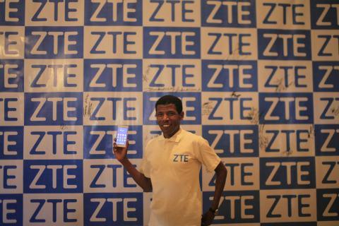 Olympic hero Haile Gebrselassie sporting ZTE smartphone (Photo: Business Wire)