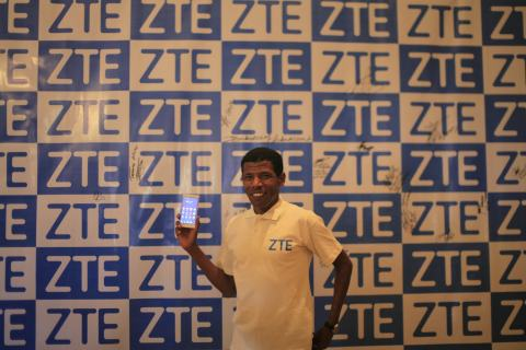 Olympic hero Haile Gebrselassie sporting ZTE smartphone (Photo: Business Wire)