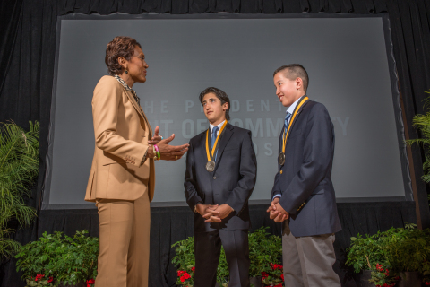 """""""Good Morning America"""" co-anchor Robin Roberts congratulates David Jaslow, 18, of Roslyn (center) and Jake Gallin, 13, of New Rochelle (right) on being named New York's top two youth volunteers for 2015 by The Prudential Spirit of Community Awards. David and Jake were honored at a ceremony on Sunday, May 3 at the Smithsonian's National Museum of Natural History, where they each received a $1,000 award. (Photo: Zach Harrison Photography)"""
