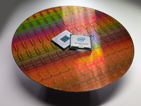 Intel Xeon Processor E7 v3 wafer and CPU package (Photo: Business Wire)