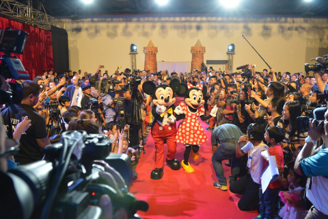 The audience at the latest Wonderful World with Globe event welcomed the special guests for the evening, the iconic Disney characters Mickey and Minnie Mouse. (Photo: Business Wire)