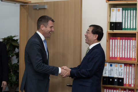 The Premier of the Australian State of New South Wales, Mr Mike Baird, (left) meets the Mayor of Seoul, Mr Park Won-soon, in Seoul today.