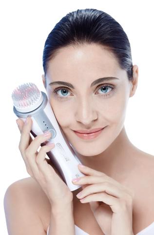 Mit der ZEITGARD Cleansing Brush hat LR erstmalig eine elektrische Gesichtsreinigungsbürste entwickelt, die höchst effektiv die klassische Reinigung revolutionieren wird. (Photo: Business Wire)