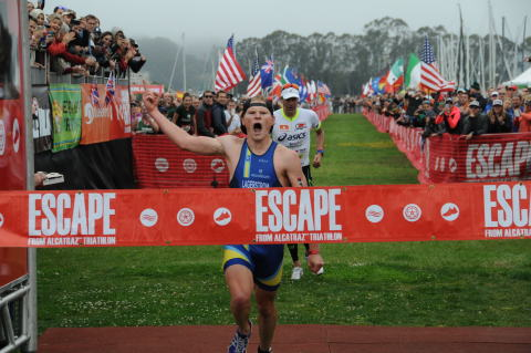 Eric Lagerstrom pulls ahead of Andy Potts to win the 2015 Escape from Alcatraz Triathlon. (Photo: Business Wire)