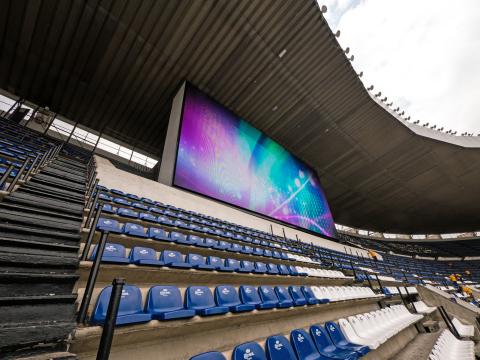 パナソニックはメキシコシティのエスタディオ・アステカに220平方メートルのLED大型映像表示装置を2面設置(写真:ビジネスワイヤ)