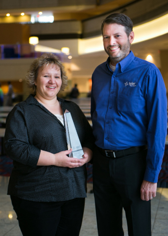 Pittsburg, California, Utility Billing Supervisor Deana Cardona accepts a Tyler Excellence Award from Jeff Green, senior vice president at Tyler Technologies. (Photo: Business Wire)