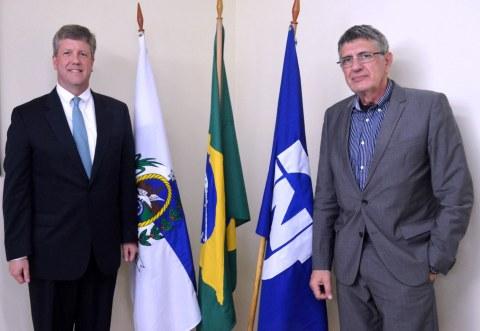 Jaime Wallwitz Cardoso (RIGHT), président, Nuclebras Equipamentos Pesados S.A. (NUCLEP) rejoint Graham Cable (LEFT), vice-président, Westinghouse Electric Company, pour la signature d'un protocole d'accord qui renforcera davantage le secteur de l'énergie au Brésil. (Photo : Business Wire)