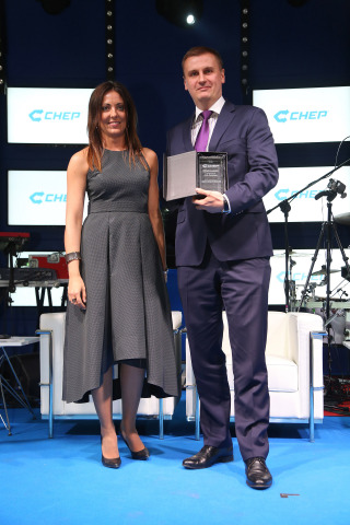 Kinga di Salvo, Managing Director of CHEP Poland and Baltics presents Arkadiusz Glinka, director of transportation at C.H. Robinson in Central Europe with the CHEP 'Long term business relationship - The longest transportation cooperation' award at the CHEP anniversary gala held in Warsaw, Poland on June 18, 2015. Credit: C.H. Robinson