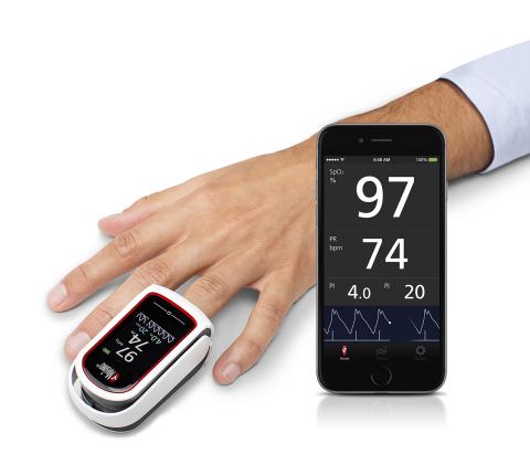 フィンガーチップパルスオキシメーターMightySat™ Rxは、酸素飽和度(SpO2)、脈拍数(PR)、灌流指標(PI)、脈波変動指標(PVI®)を測定(写真:ビジネスワイヤ)