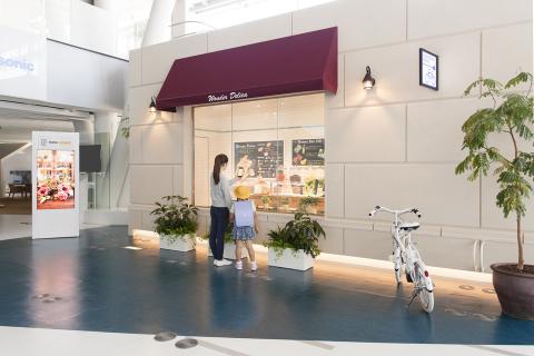 未来の街角ショッピング:街のサイネージや照明に携帯端末をかざすだけで、店舗や商品情報を手軽に入手し、商品をその場で注文したり、クリッピングした情報を家で見たり、情報が街と家をつなぎます。 (写真:ビジネスワイヤ)