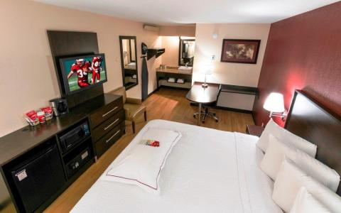 Red Roof guests are being greeted with white plush, pillow top mattresses and Love Your Linens™ bedding with large extra pillows as well as spa-inspired bathrooms with multiple setting showerheads in Premium rooms at Red Roof PLUS+ locations across the country. (Photo: Business Wire)