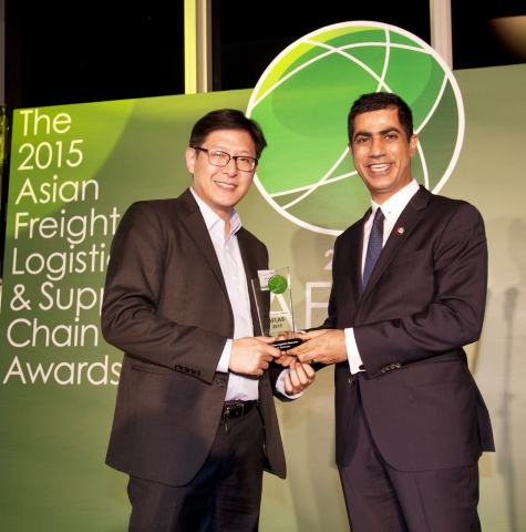 John Chen (left), general manager of C.H. Robinson's Hong Kong office accepts the Best Green Logistics Operator award from Asia Cargo News at the Asia Freight, Logistics and Supply Chain Awards (AFLAS). (Photo: Business Wire)