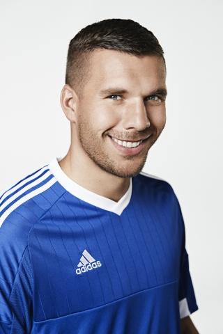 Auch Fußballstar Lukas Podolski spricht sich als neuer Markenbotschafter für die überlegene Putztechnik aus.  (Foto: Business Wire)