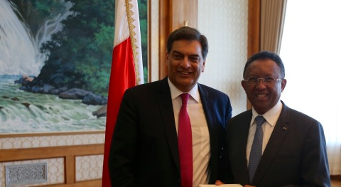 His Excellency Hery Rajaonarimampianina, President of the Republic of Madagascar with Mr. Paul Hinks, Chief Executive Officer, Symbion Power (Photo courtesy Corporate Council on Africa)