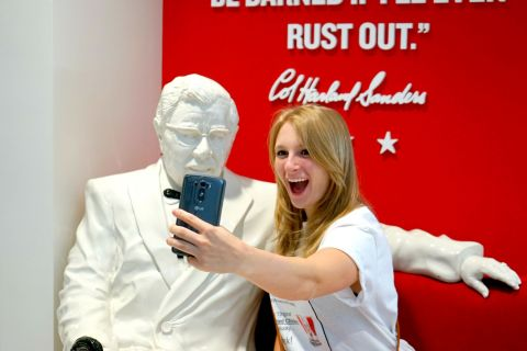 Statue selfies with the Colonel (Photo: Business Wire)