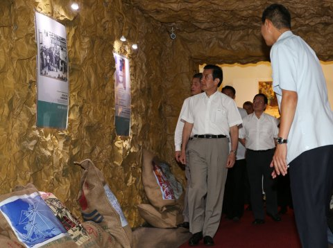 President Ma Ying-jeou (left) appreciates historical items on display at an exhibition featuring the ROC's 1945 victory in the War of Resistance against Japan and the retrocession of Taiwan after delivering a speech at the opening ceremony, held at the Academia Historica in Taipei on Saturday. (Photo: Business Wire)