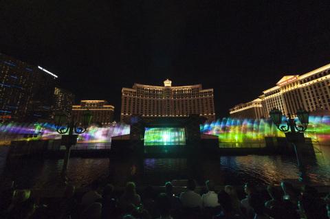 在拉斯维加斯贝拉吉奥喷泉的全球最大水幕投影之一中使用了16台松下投影机(亮度:20,000流明)(照片:美国商业资讯)