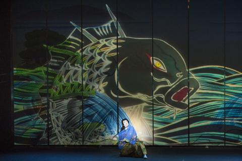 """歌舞伎演員市川染五郎(Somegoro Ichikawa)在""""Koi-Tsukami""""(鬥鯉魚)的特別舞臺上(照片:美國商業資訊)"""