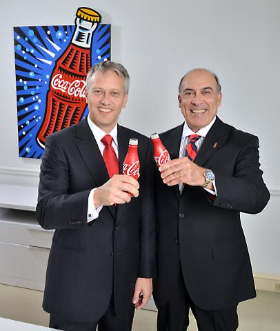 可口可乐公司总裁兼首席运营官James Quincey与可口可乐公司董事长兼首席执行官Muhtar Kent。Quincey是一名在可口可乐工作长达19年之久的资深员工,将负责该公司全球的所有运营部门,任命从2015年8月13日起生效。(照片:美国商业资讯)