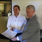 Mario Aguilar, Commissioner of CONAPESCA, and Pablo Konietzko, Director of Earth Ocean Farms, receiving the concession. (Photo: Business Wire)