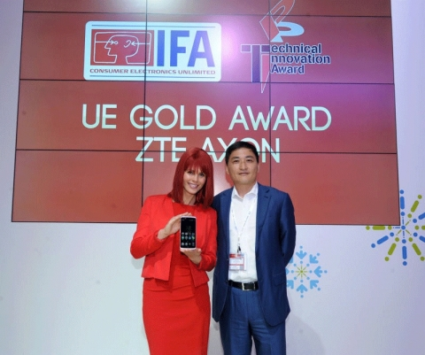 "Kan Yulun, CEO of EMEA & LATAM, ZTE Mobile Devices (right), collects ""User Experience Gold Award"" for ZTE Axon from Miss IFA (left) at IFA 2015 (Photo: Business Wire)"
