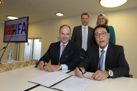 MoU signing with Government of Shenzhen (left to right): Dr. Christian Göke, CEO Messe Berlin, Jens ...