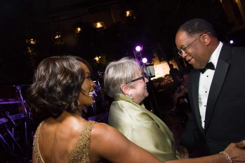 Angela Bassett and Kathy Bates enjoy an evening at Special Needs Network's 2014 Evening Under the Stars with LA County Supervisor Mark Ridley-Thomas. (Photo: Business Wire)