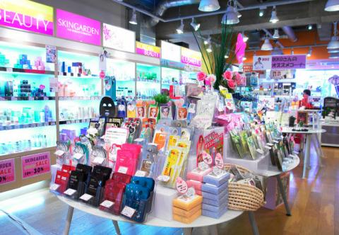 韓流ショッピングの中心、東京新宿に位置した韓流コスメショップスキンガーデンに韓国化粧品を探す客が増えている (写真:ビジネスワイヤ)