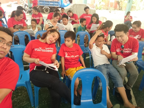 Wells Fargo volunteers spend time with children of a public school (Photo: Business Wire)