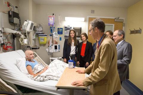 プライマリー小児病院の17歳の患者ケルジー・アルビーさんが、フェルド・エンターテイメント幹部のアラナ・フェルドおよびニコール・フェルドならびにジュリエット・フェルド、ボニー・フェルド、フェルド・エンターテイメントのケネス・フェルド会長兼最高経営責任者(CEO)、プライマリー小児病院の小児腫瘍医でハンツマンがん研究所(ともにユタ州ソルトレイクシティーの施設)の研究者のジョシュア・シフマン博士と会話。(写真:フェルド・エンターテイメント)