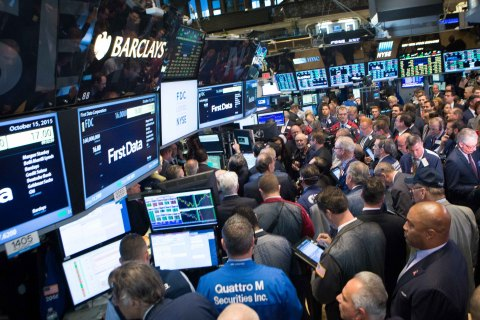 View of the trading crowd surrounding First Data's IPO on the NYSE. (Photo: NYSE)