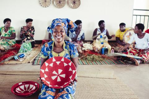 Rwandan weaver with Macy's Rwanda Path to Peace commemorative baskets in honor of the program's 10th anniversary. (Photo: Business Wire)