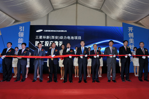Samsung SDI CEO Cho Nam Seong (Sixth from left in front row), Shaanxi Province Vice Governor Jiang Feng (Fifth from left in front row), Samsung China President Jang Won Ki (Third from right in front row) are cutting the tape at the completion ceremony for the Samsung SDI Xi'an EV battery plant. (Photo: Business Wire)