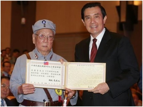 Taiwan President Ma Ying-jeou (right) poses for photos with a veteran after presenting awards to outstanding military personnel in Taipei on September 2 to mark Taiwan's Armed Forces Day and the 70th anniversary of the end of the eight-year War of Resistance against Japan. (Photo: Business Wire)