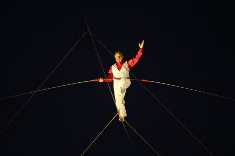 Tino Wallenda poses midway through his daring tightrope walk between the Viejas hotel towers. (Photo: Business Wire)