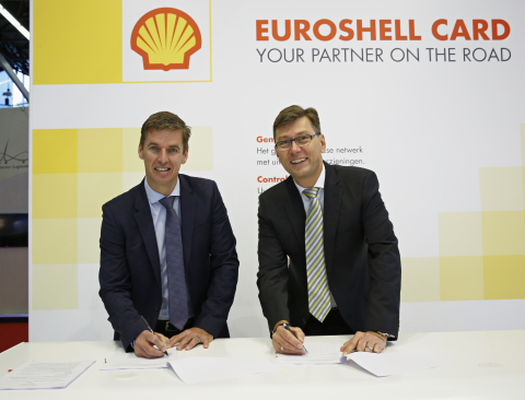 Left: Andreas Lips, Marketing Manager Western Europe, Shell Commercial Fleet Right: Thomas Schmidt, Managing Director at TomTom Telematics (Photo: Business Wire)