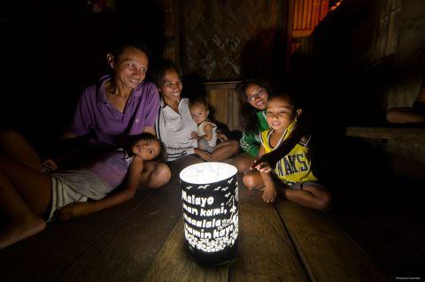 手作りのシェードとともにソーラーランタンの明かりで家族団らん (写真:ビジネスワイヤ)